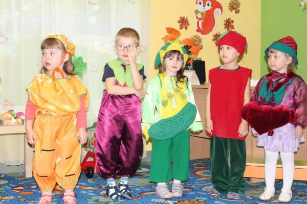 Праздник осени в наших костюмах овощей и фруктов состоялся в детском саду. 3a89fad575d77
